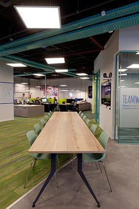 עיצוב משרדים עם חלל פתוח ושולחן אבירים