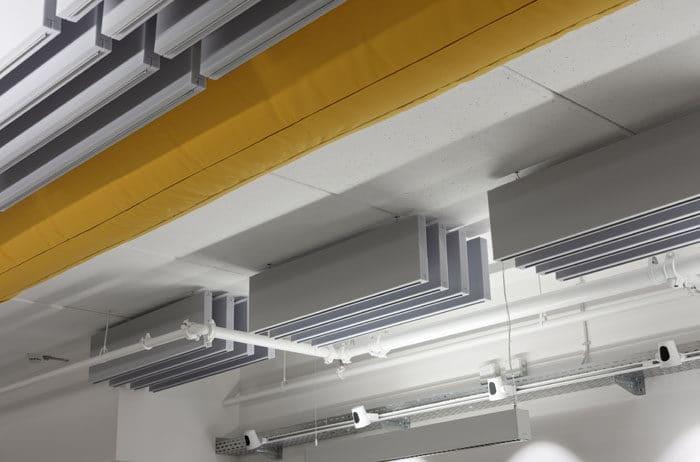 אריחים אקוסטים בתקרה חשופה במשרדי חברת הייטק