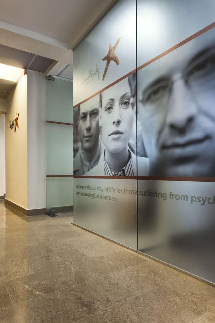 עיצוב קירות מזכוכית בעיצוב אישי למיתוג סביבת העבודה