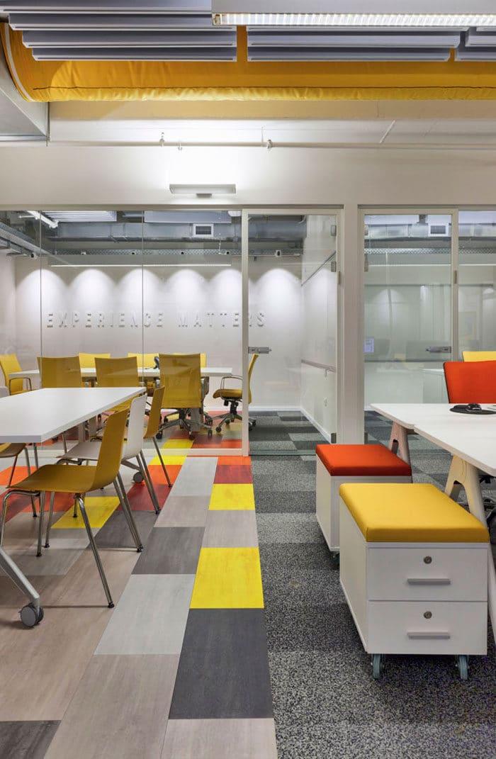 עיצוב משרדי הייטק המשלב בתוכו עיצוב כולל דרך הצבעוניות של לוגו החברה. עיצוב צעיר ומהנה