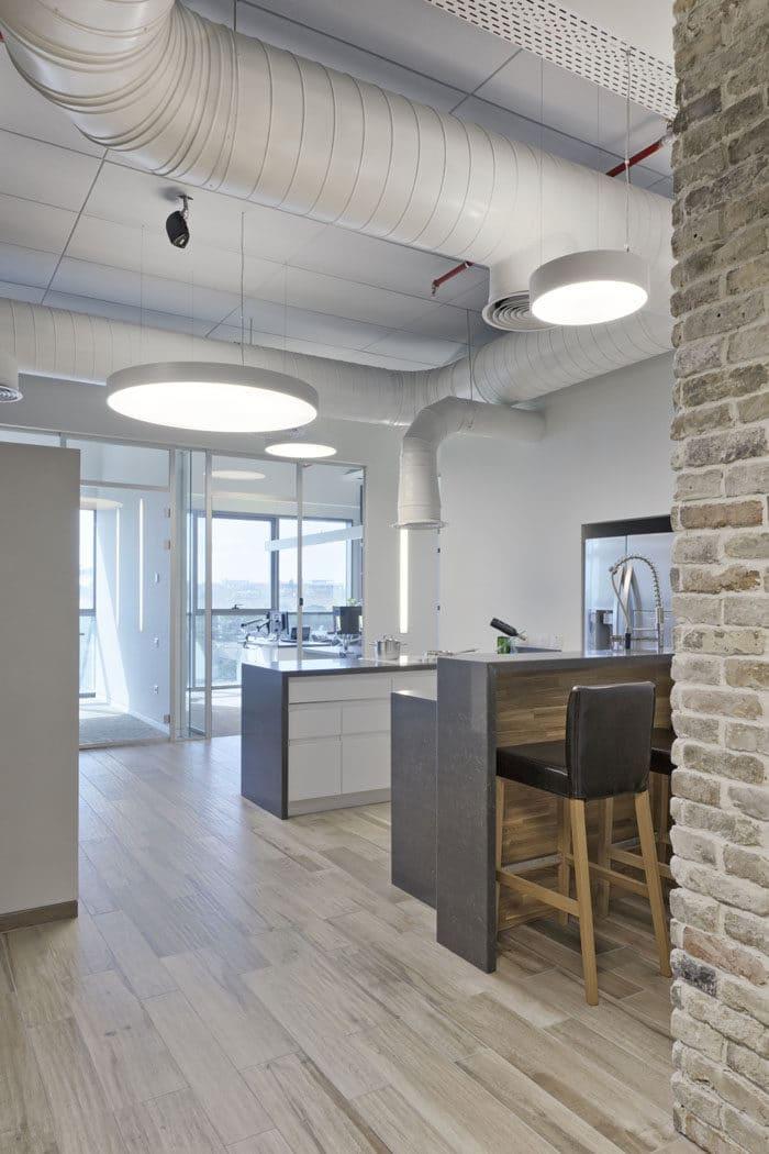 עיצוב משרדים עם תקרה חשופה צבועה בלבן