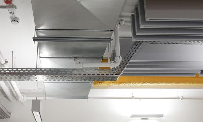 עיצוב של תקרה חשופה במשרדי חברת הייטק