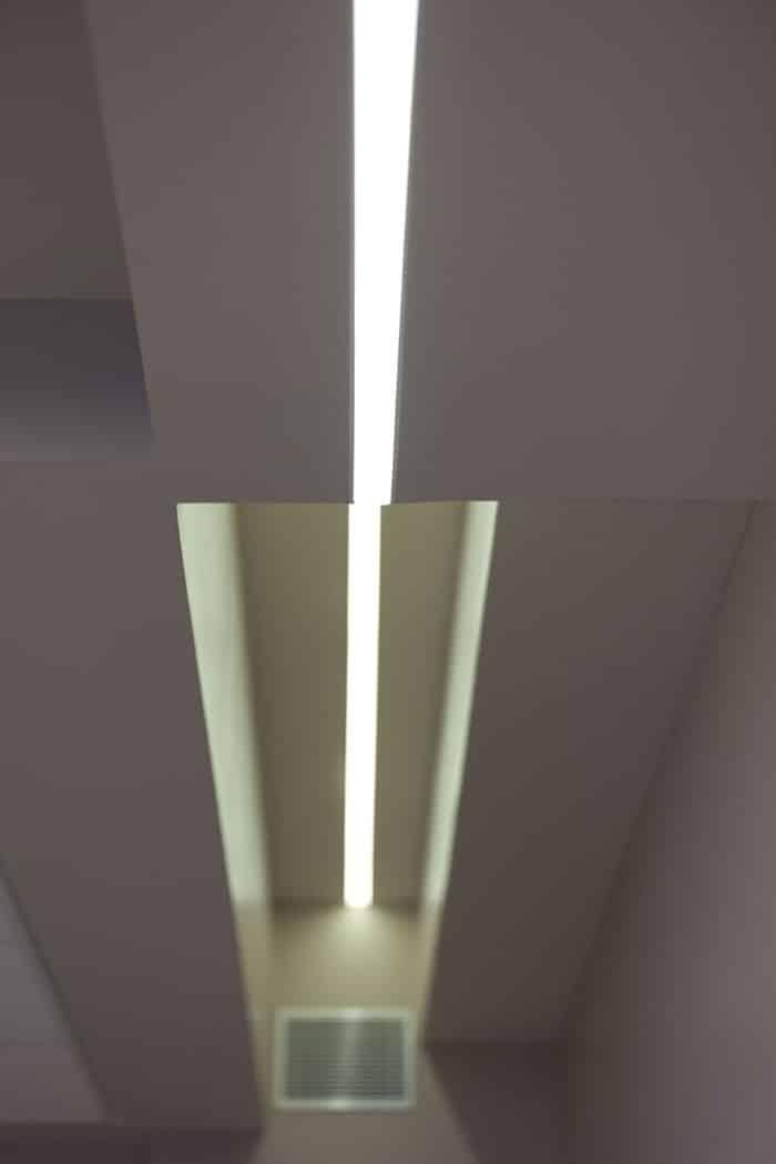 עיצוב פס תאורה בתקרה בגבהים שונים