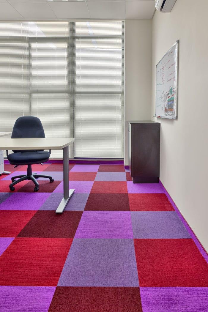 עיצוב רצפה צבעונית מאריחי שטיח במשרדים