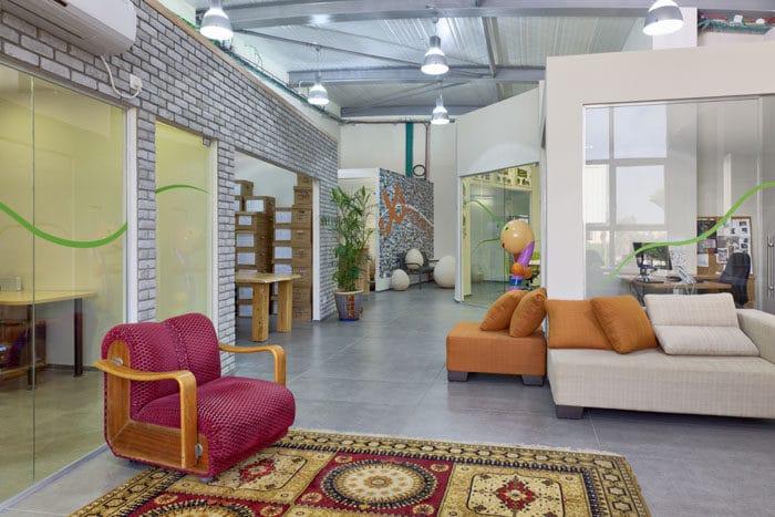 עיצוב סלון צבעוני באווירה ביתית במשרד אדריכלים