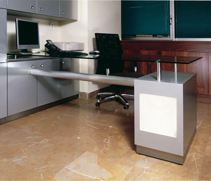 חדר מנהל בעיצוב מעץ ושלוחת עבודה בשילוב מתכת וזכוכית