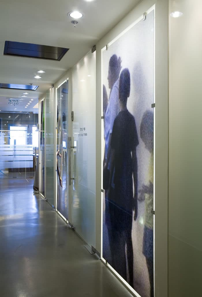עיצוב קיר זכוכית מודפסת במשרדים