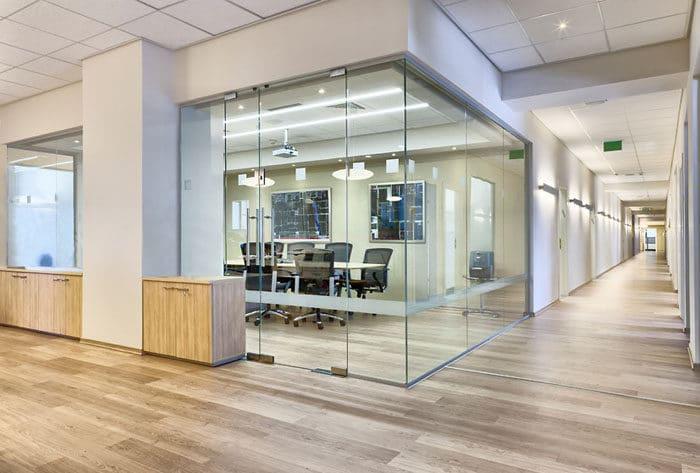 חדר ישיבות העשוי מקירות זכוכית במשרדי חברת הייטק בינלאומית