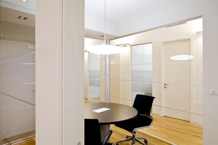 עיצוב חדר ישיבות מויטרינת זכוכית בצבעים שחור, עץ ולבן