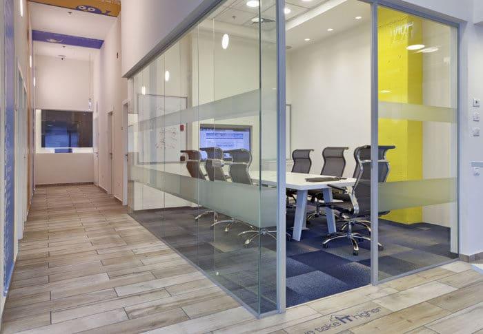 מבט על חדר ישיבות עם קירות זכוכית