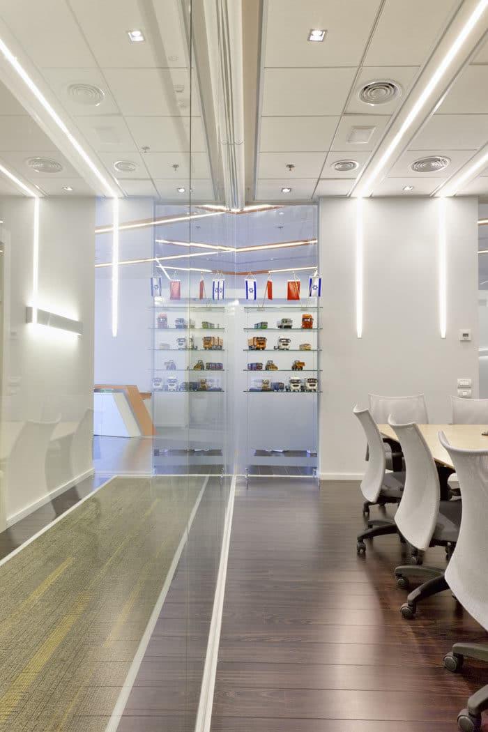 קיר זכוכית מפריד בין מסדרון לחדר ישיבות