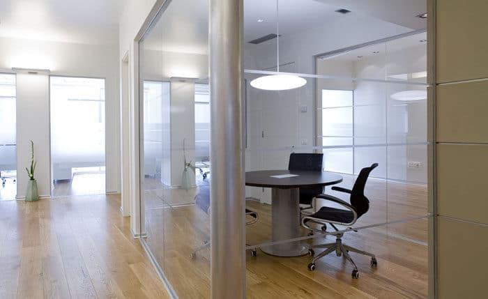 מבט המשכי על חדר ישיבות שקוף מוטרינת זכוכית