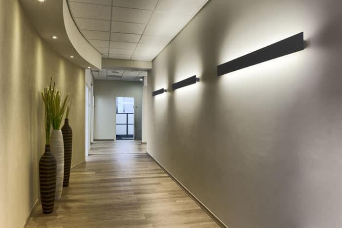 מסדרון באווירה אינטימית עם תאורה קירית ועציצי אווירה