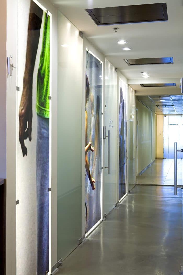 עיצוב מסדרון בהדפסת זכוכית חדשנית במשרדי חברת הייטק