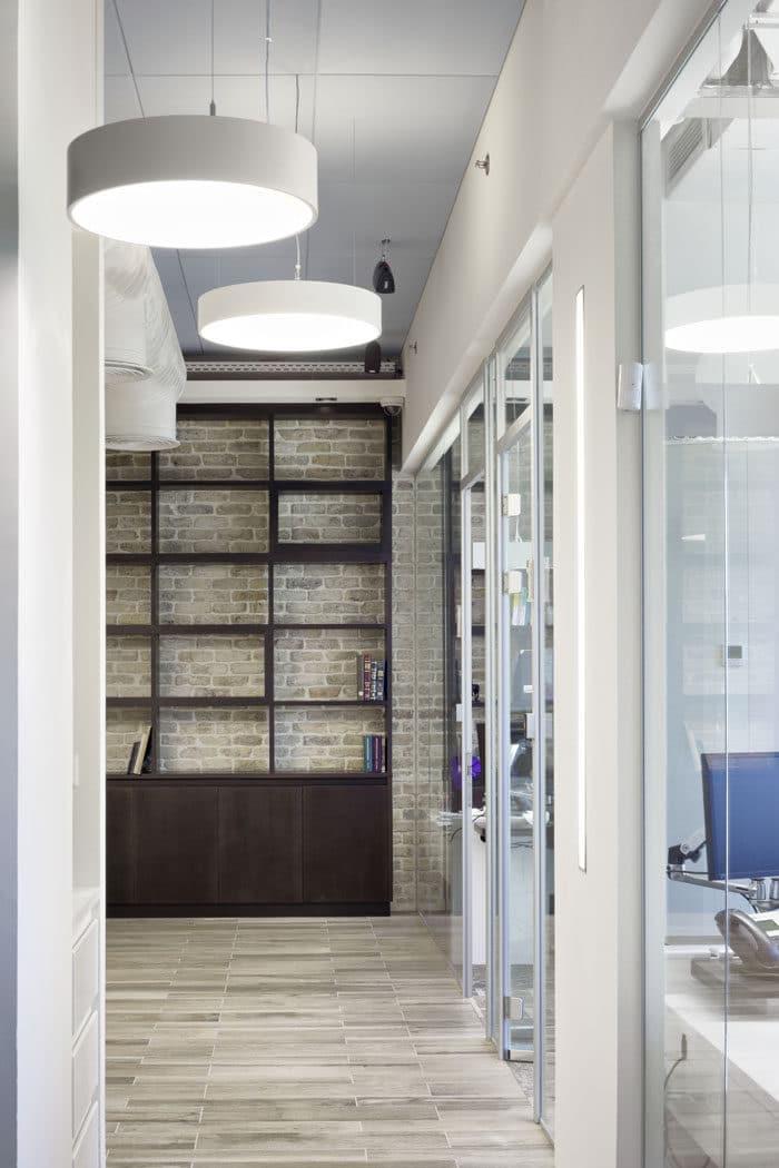 מבט על מסדרון מעוצב בחברה באוירה ביתית, המסדרון בעל מרקמים וצבעים חמים