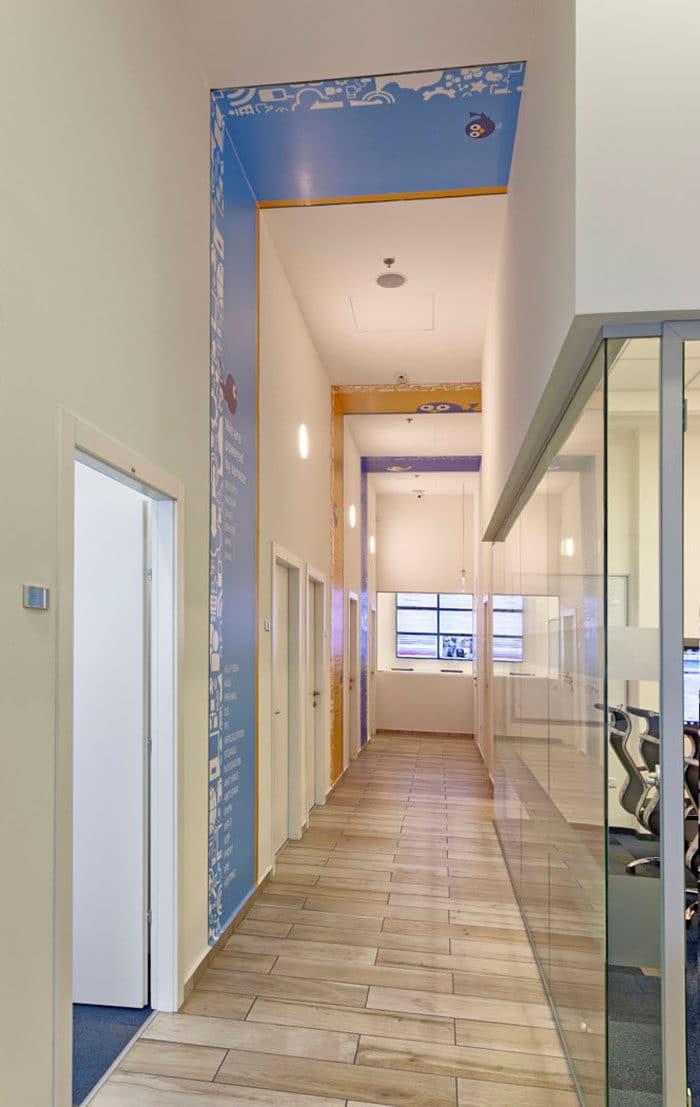 מבט על מסדרון בצבעי הלוגו של המשרד