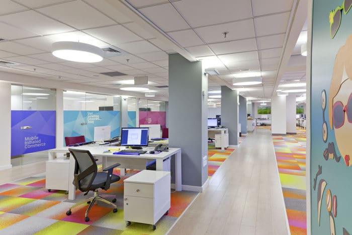מסדרון צבעוני המייצר מקצב מהנה לעבודה בחברת הייטק