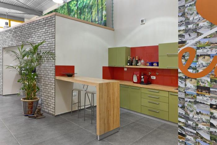 עיצוב מטבח פתוח וצבעוני במשרדי אדריכלות נוף
