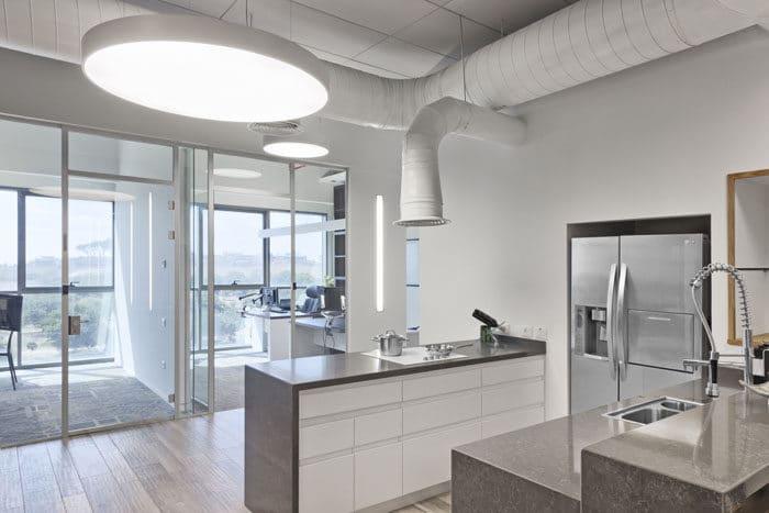 עיצוב מטבח פתוח במשרדים באוירה נעימה וחמימה