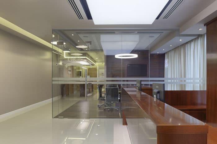 עיצוב חדר ישיבות יוקרתי בעל גוף תאורת פנים מרשימה