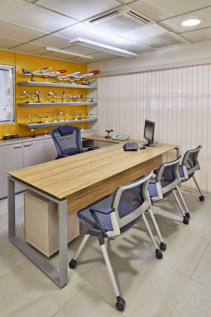 משרד מנהל צבעוני בשילוב עמדת עבודה מעץ וקיר תצוגה של עיסוק החברה