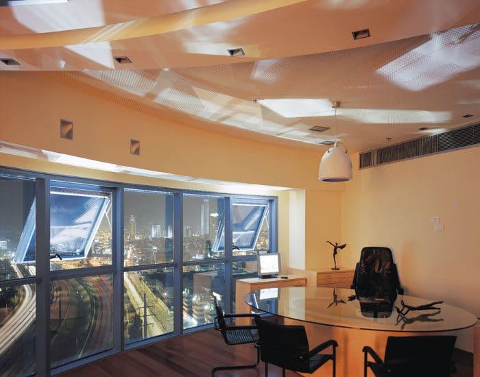 עיצוב חדר מנהל יוקרתי בשילוב עץ וזכוכית