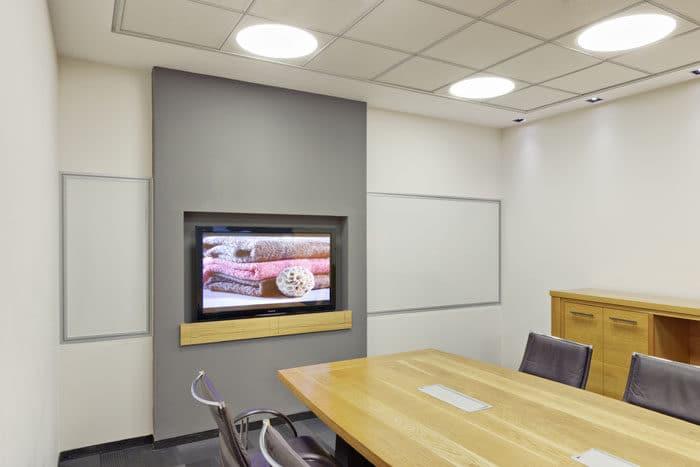 חדר ישיבות המשלב בתוכו מסך טלוויזיה ולוח מחיק לסיעור מוחות ופרזנטציה