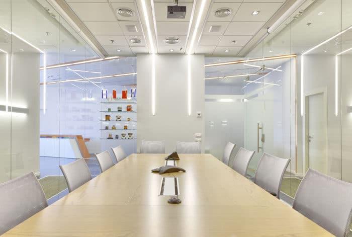 עיצוב חדר ישיבות מזכוכית במשרדי חברת שילוח
