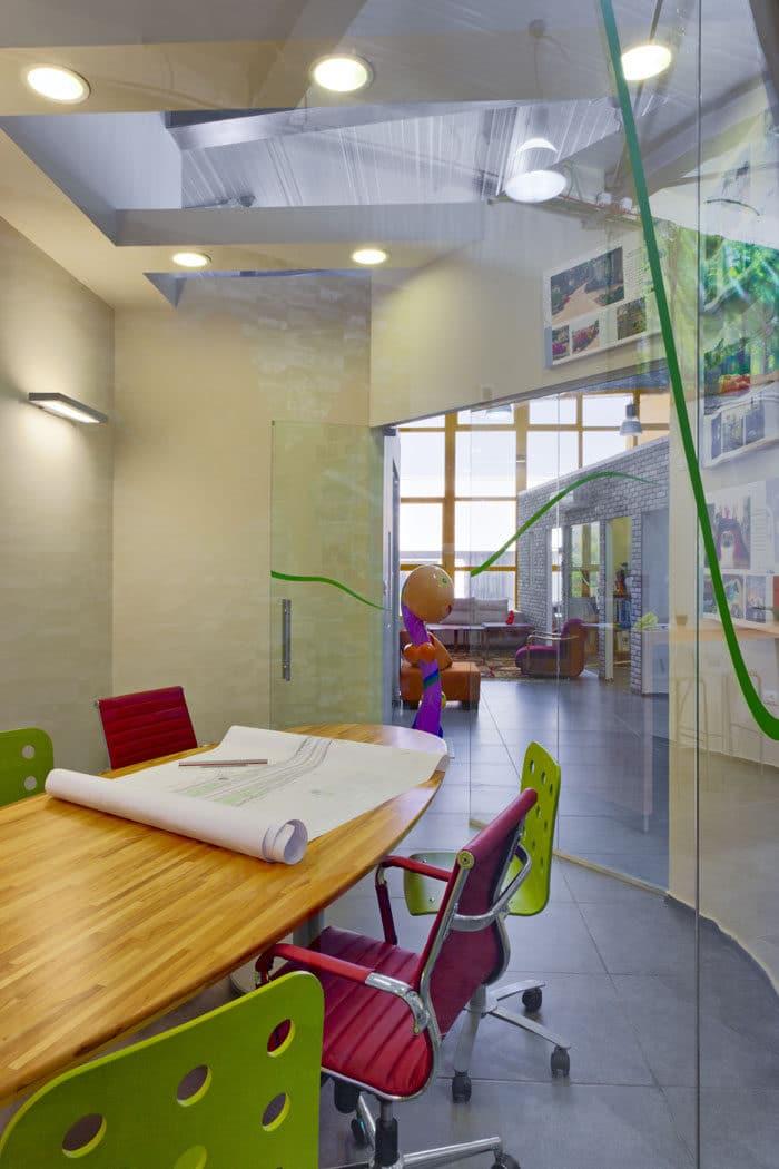 חדר ישיבות צבעוני במשרד אדריכלות נוף
