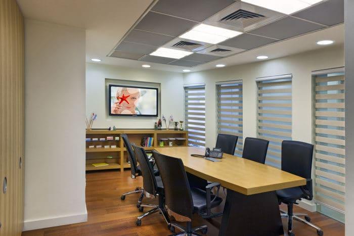 עיצוב חדר ישיבות מעץ במשרדים לחברת תרופות