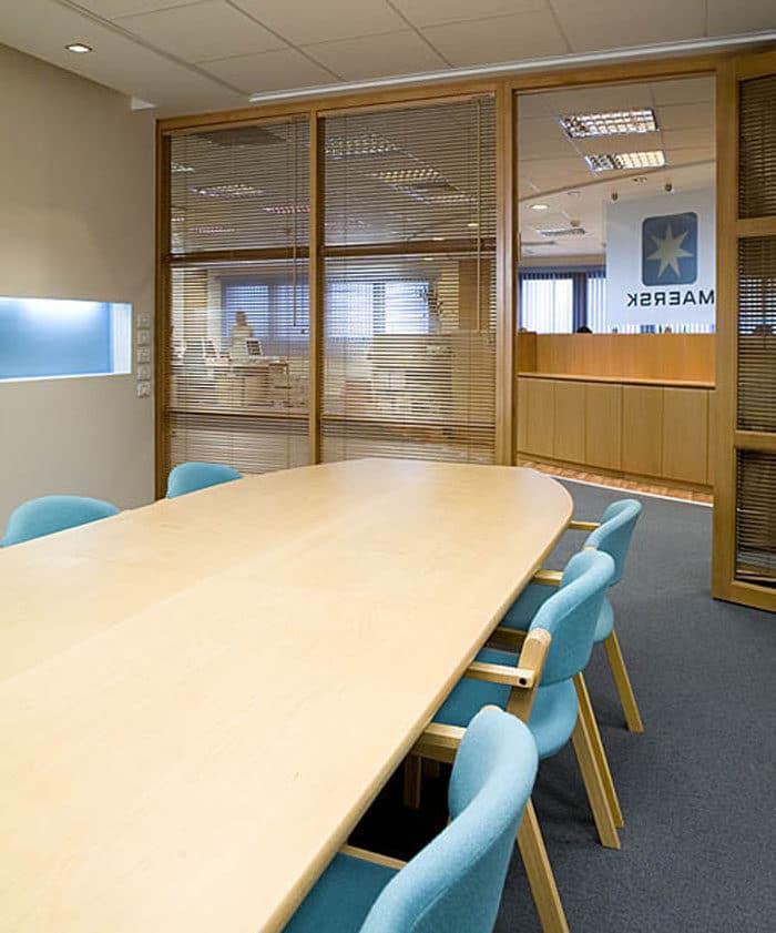 חדר ישיבות בחברת ספנות בינלאומית