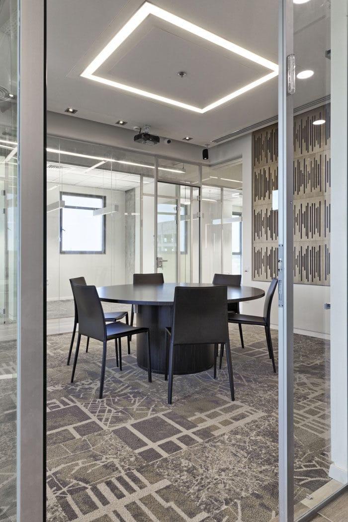 עיצוב חדר ישיבות במשרד עם שטיח בהשראת GOOGLE MAPS