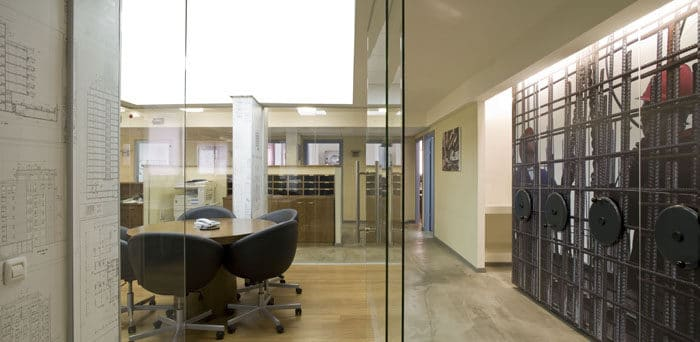 מבט כולל של חדר ישיבות שקוף ושילוב הרבדים השונים בעיצוב הפנים