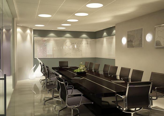 חדר ישיבות עם קיר זכוכית וקיר מחיק מלוח אמייל