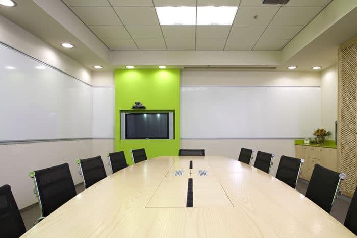 חדר ישיבות עם קיר לוח מחיק ונישת מסך טלוויזיה צבעונית