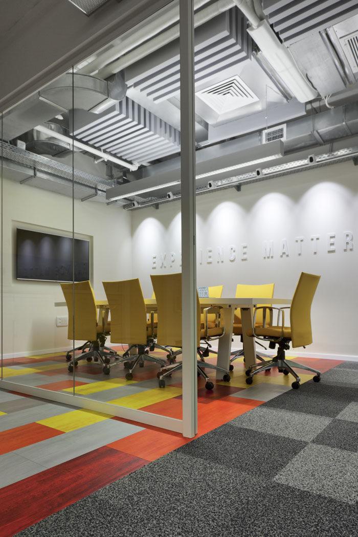תכנון חדר ישיבות בצבעוניות של צהוב, כתום, אדום