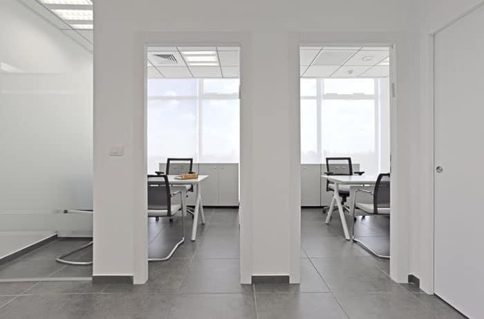 עיצוב חדר מנימליסטי שחור ולבן במשרד עורכי דין