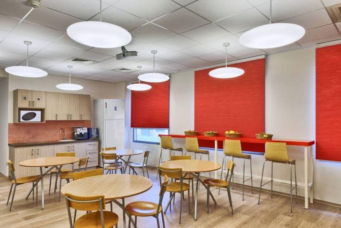 קפיטריה צבעונית במשרד בצבעי אדמה - אדום, עץ וחרדל