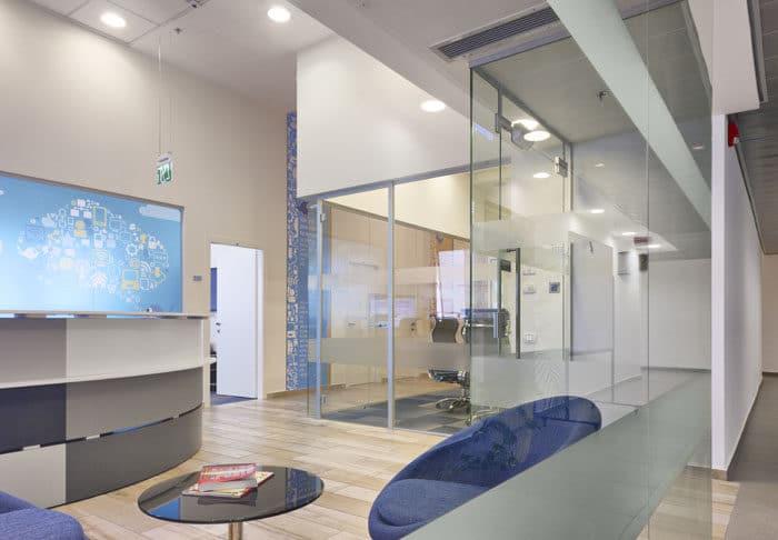 משרד הייטק מבואה, דלפק ומסדרון עם מיתוג קירות ותקרה
