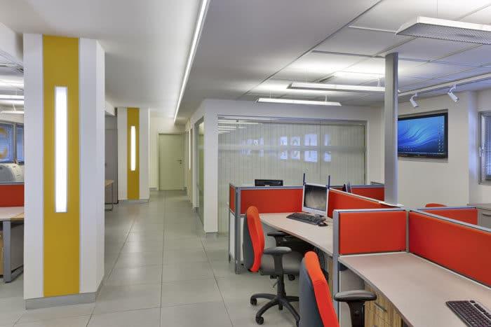 עיצוב חלל עבודה פתוח וצבעוני במשרדי חברת שילוח