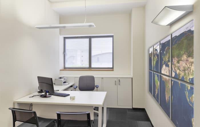 עיצוב משרד אישי בצבעי שחור, לבן ואפור