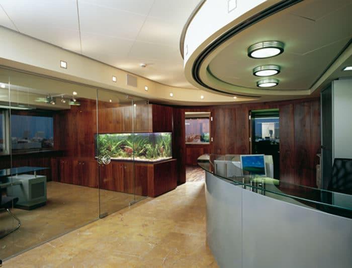 עיצוב משרדים יוקרתי מעץ עם אקווריום מובנה