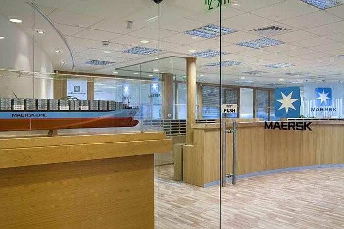 כניסה למשרד מעוצב בחברת ספנות בינלאומית
