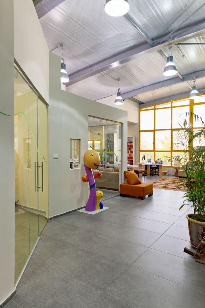 עיצוב פנים של כניסה צבעונית ואישית למשרדי אדריכלות נוף