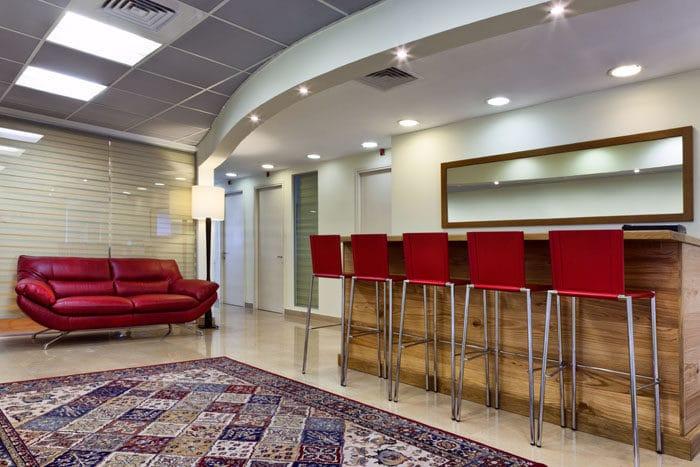 עיצוב מטבחון פתוח במשרד לחברת תרופות