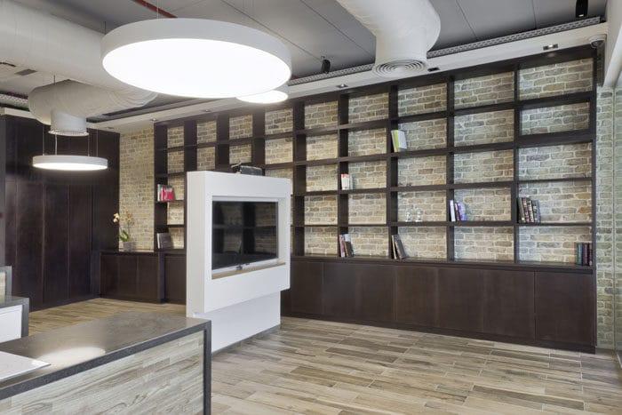 עיצוב ספריה במשרדים באוירה ביתית