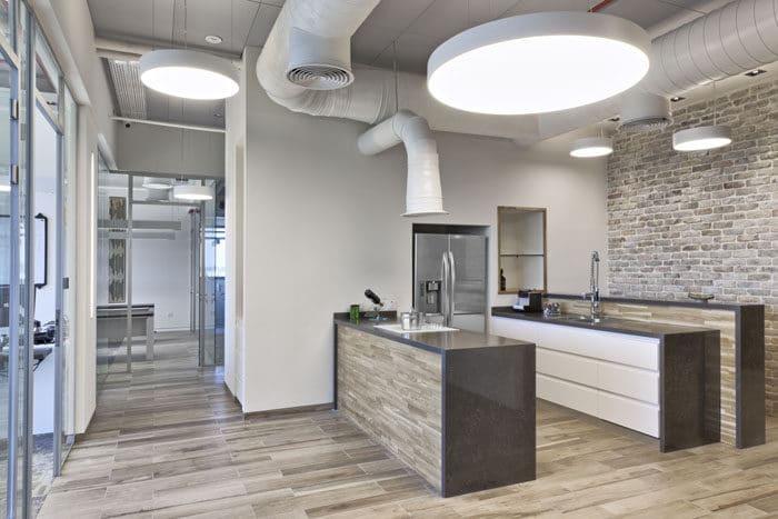 עיצוב מטבח פתוח בכניסה למשרדים
