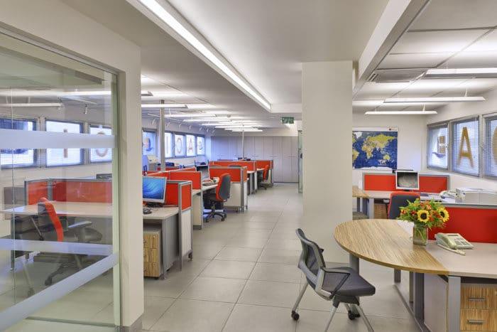 חלל פתוח של עמדות עבודה צבעוניות לעבודה מהנה במשרד