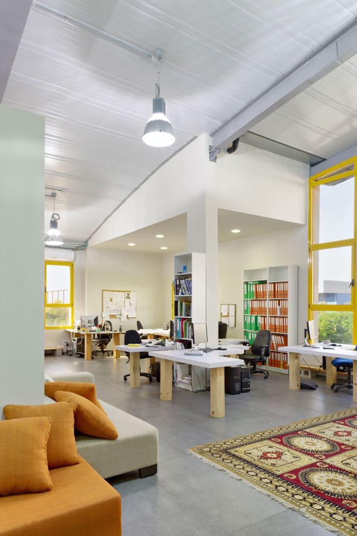 חלל עבודה פתוח באווירה ביתית