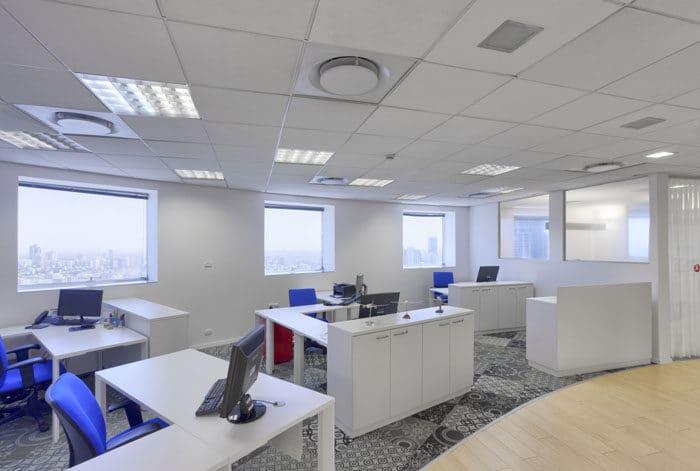 חלל פתוח עם שטיחים בעיצוב עכשווי בהשראת עיטורים גיאומטריים עיצוב משרד חברת תעופה